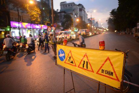 Chan mot chieu duong Kim Ma thi cong Metro - Anh 3