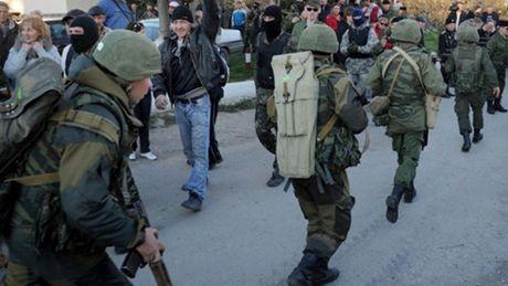 Nga cao buoc Ukraine bat coc 2 binh si Nga tai Crimea - Anh 1