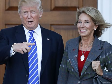 Ong Trump chon ba Betsy DeVos lam Bo truong Giao duc My - Anh 1
