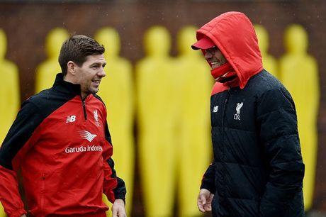 Klopp mat binh tinh khi bi tra hoi ve Steven Gerrard - Anh 1