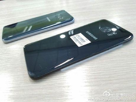 Lo anh thuc te Samsung Galaxy S7 edge mau den bong - Anh 1