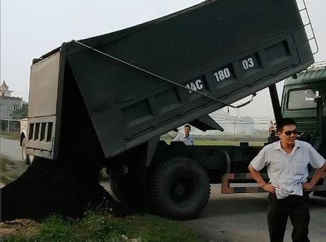 Thanh tra giao thong bi chu xe can tro khi xu ly xe qua tai - Anh 1