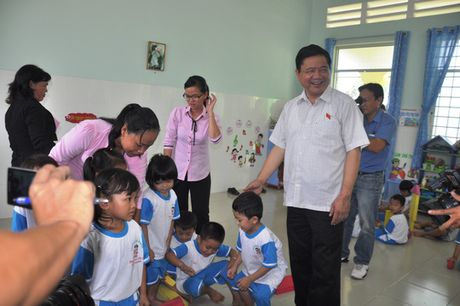Den truong mam non, Bi thu Dinh La Thang hat cung cac be - Anh 6