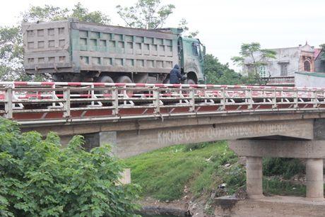 Ha Noi: Xe trong tai 'hoanh hanh', cau bac qua tinh lo xuong cap tram trong - Anh 1