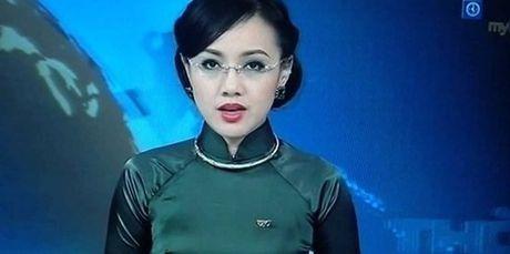 MC Hoai Anh vo tinh bat cuoi tren song Thoi su truc tiep - Anh 4