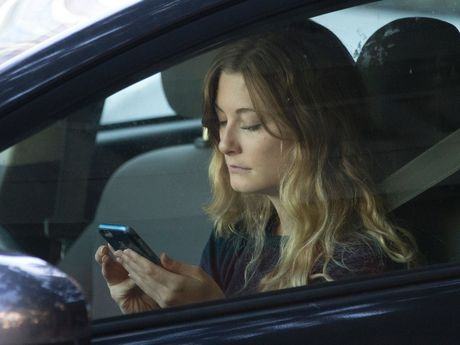 Smartphone Apple, Samsung bi buoc phai bo sung che do lai xe? - Anh 1