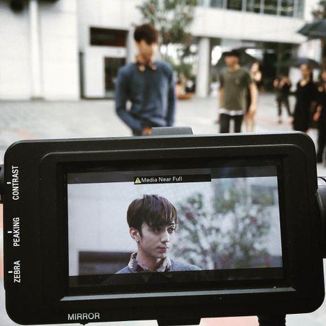 Soobin Hoang Son 'tha thinh' lien tuc hau truong MV 'Phia sau mot co gai' - Anh 3