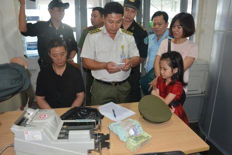 Bat du khach Trung Quoc trom hon 400 trieu dong tren may bay - Anh 1
