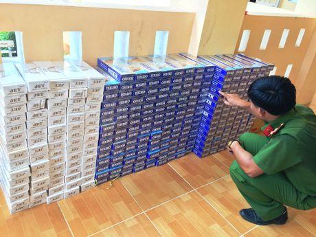 Bat xe tai cho gan 3.600 goi thuoc la nhap lau - Anh 2