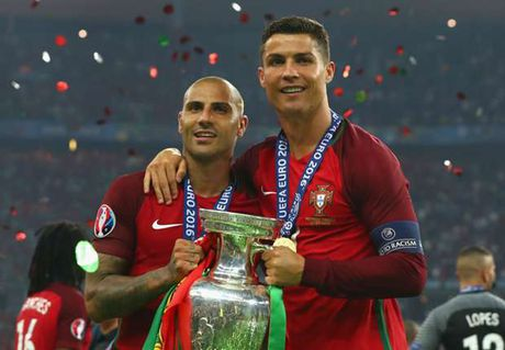 Ronaldo qua dem voi 3 co gai toc vang truoc chung ket Euro - Anh 1