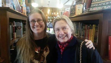 Sau that bai tranh cu, ba Hillary di mua sach thu gian - Anh 1