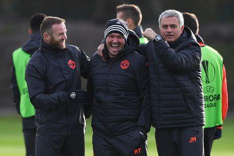 Rooney treu dua dong doi tren san tap - Anh 2