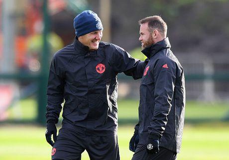 Rooney treu dua dong doi tren san tap - Anh 4