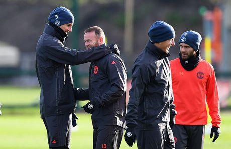 Rooney treu dua dong doi tren san tap - Anh 5