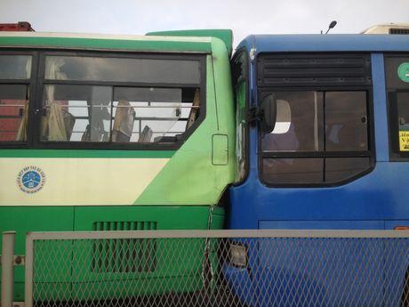 3 xe buyt tong lien hoan tren cau Rach Chiec, hanh khach khiep via - Anh 1