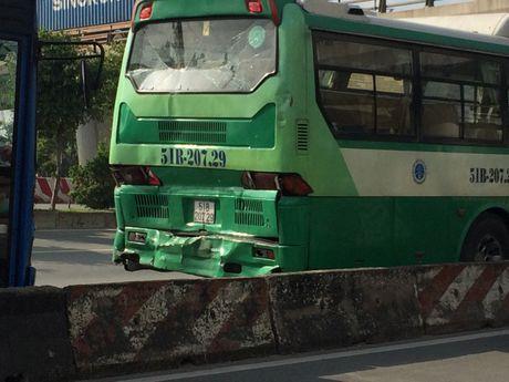 3 xe buyt tong lien hoan tren cau Rach Chiec, hanh khach khiep via - Anh 2