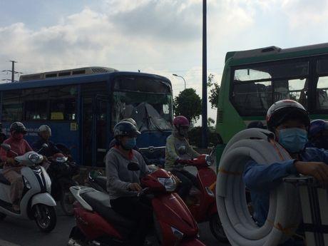 3 xe buyt tong lien hoan tren cau Rach Chiec, hanh khach khiep via - Anh 3
