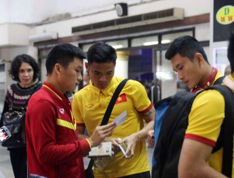Xuan Truong cuoi cuc tuoi khi DT Viet Nam dat chan den Nay Pyi Taw - Anh 3