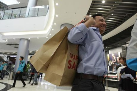Ha Noi: Quy ong cung 'quay' voi Black Friday - Anh 2