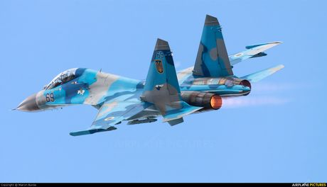 Qua ham the hien, phi cong Su-27 suyt tra gia dat - Anh 10