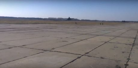 Qua ham the hien, phi cong Su-27 suyt tra gia dat - Anh 1