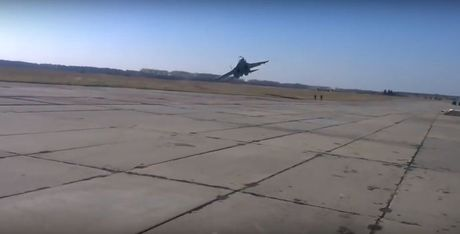 Qua ham the hien, phi cong Su-27 suyt tra gia dat - Anh 2