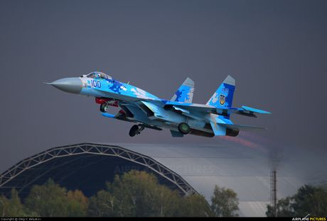 Qua ham the hien, phi cong Su-27 suyt tra gia dat - Anh 6