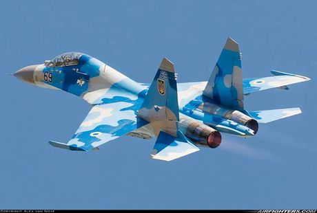 Qua ham the hien, phi cong Su-27 suyt tra gia dat - Anh 8