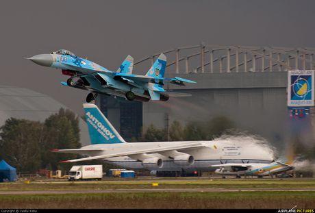 Qua ham the hien, phi cong Su-27 suyt tra gia dat - Anh 9