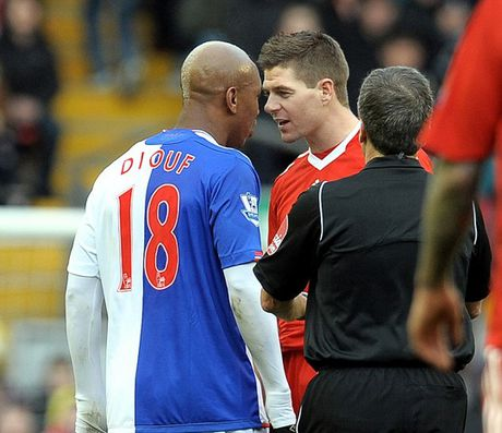 """Gerrard """"treo giay"""", doi thu duoc dip che gieu - Anh 3"""