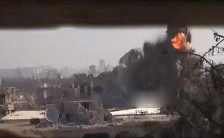 Clip: Quan doi Syria pha no duong ham phien quan o dong bac Damascus - Anh 1