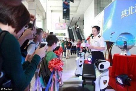 Robot san bay biet noi 28 thu tieng va truy tim toi pham - Anh 2