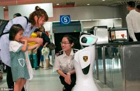 Robot san bay biet noi 28 thu tieng va truy tim toi pham - Anh 3