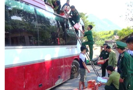Bat vu van chuyen luong lon phao no tu Lao ve Viet Nam - Anh 1