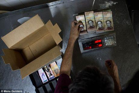 Lam phat kinh hoang, dan Venezuela... can tien thay vi dem - Anh 2