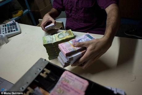 Lam phat kinh hoang, dan Venezuela... can tien thay vi dem - Anh 3