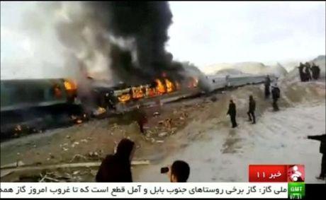 Iran: Hai tau hoa dam truc dien, hon 130 nguoi thuong vong - Anh 1