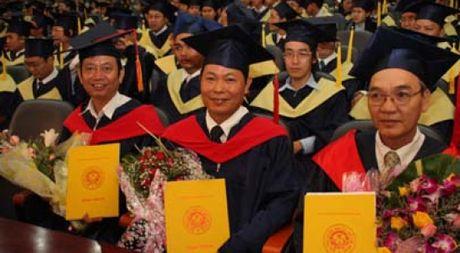 Thu truong Bui Van Ga: 'Ve co ban, so luong tien si da du yeu cau' - Anh 1
