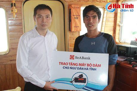 SeABank Ha Tinh trao 5 may bo dam tam xa cho ngu dan - Anh 1