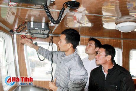 SeABank Ha Tinh trao 5 may bo dam tam xa cho ngu dan - Anh 3
