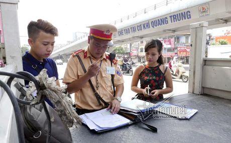 Phat xe khong chinh chu: Vo di xe cua chong co bi xu phat? - Anh 1
