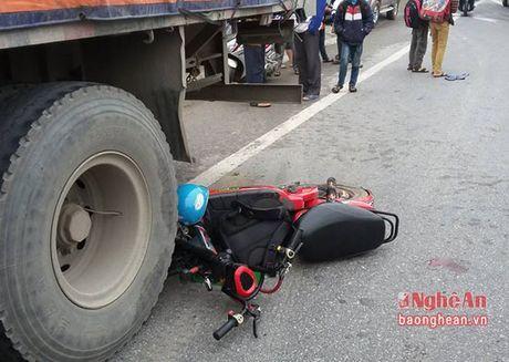 Nam sinh dam vao duoi xe container do tai xe dung an sang tren quoc lo 1A - Anh 1