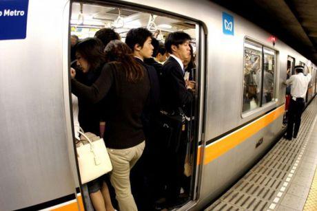 Xem canh chen chuc tren tau dien ngam o Nhat Ban, thay xe bus o Viet Nam van chua la gi - Anh 1