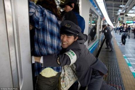 Xem canh chen chuc tren tau dien ngam o Nhat Ban, thay xe bus o Viet Nam van chua la gi - Anh 2