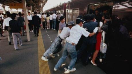 Xem canh chen chuc tren tau dien ngam o Nhat Ban, thay xe bus o Viet Nam van chua la gi - Anh 4