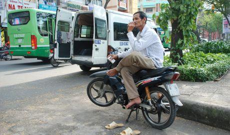 Xe om ngoac khach lao dao truoc xe om 'chot chot smart phone' - Anh 2