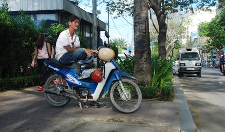 Xe om ngoac khach lao dao truoc xe om 'chot chot smart phone' - Anh 3