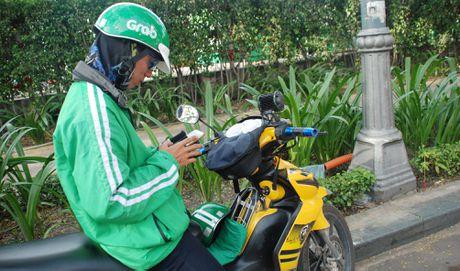 Xe om ngoac khach lao dao truoc xe om 'chot chot smart phone' - Anh 4