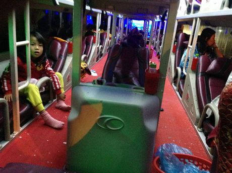 Hang loat xe khach bi nem da tren QL20 - Anh 3