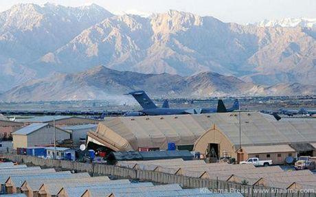 Lo hong an ninh chet nguoi giup Taliban danh bom dam mau can cu NATO - Anh 1